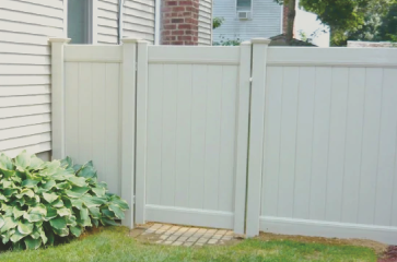 white-vinyl-privacy-fence-with-vinyl-gate-for-easy-access-between-front-and-back-yard